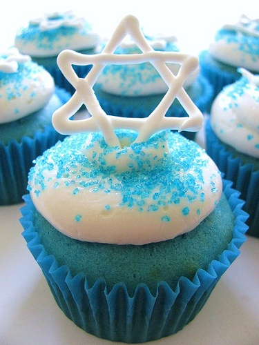 How to make blue velvet hanukkah cupcakes every college for Decoration hanouka